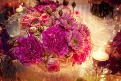 与花和蜡烛的浪漫桌设置 免版税图库摄影