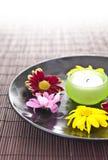 与花和蜡烛的温泉动机 免版税库存照片