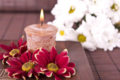 与花和蜡烛的温泉动机 免版税库存图片