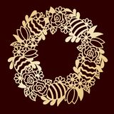 与花和被绘的复活节彩蛋的透雕细工金黄花圈 las 免版税库存照片