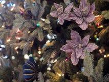 与花和装饰品的圣诞树 免版税库存图片