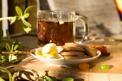 与花和饼干boho样式的茶 库存照片
