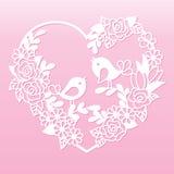 与花和鸟的透雕细工心脏 激光切口模板 免版税库存照片