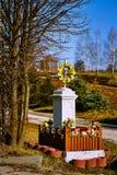 与花和黄色装饰的宽容寺庙在领域和路的背景 免版税库存图片