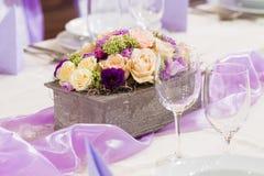 与花和玻璃的婚礼桌 免版税图库摄影