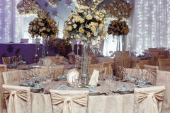 与花和玻璃花瓶和数字的豪华婚礼装饰  免版税库存照片