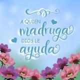 与花园的例证,蓝天和书法字法用谚语A西班牙语quien madruga dios le ayuda 免版税库存照片