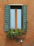 与花圃的美丽如画的窗口在威尼斯 免版税库存图片