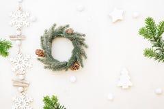 与花圈和装饰品的圣诞节构成 免版税库存照片