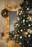 与花圈的圣诞树装饰特写镜头在金黄框架 免版税图库摄影