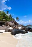 与花岗岩冰砾的海滩在剪影海岛 免版税库存图片