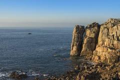 与花岗岩岩石的海岸 免版税库存图片