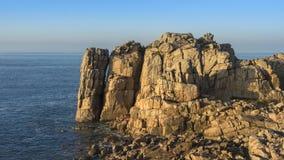 与花岗岩岩石的海岸 免版税库存照片