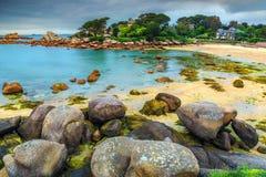 与花岗岩石头的著名大西洋海岸, Perros-Guirec,法国 免版税库存照片