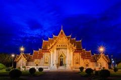 与花岗岩Benchamabophit寺庙风景的暮色时间在曼谷泰国 库存照片