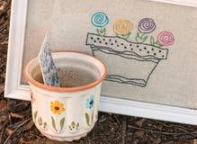 与花开花的罐&种子小包。 免版税库存图片