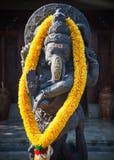 与花捐赠的Ganesha在巴厘岛 库存图片