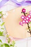 与花明信片的葡萄酒纸 图库摄影