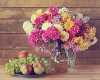 与花束和果子的静物画 菊花 免版税库存照片