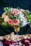 与花束和蜡烛的服务的桌 库存照片