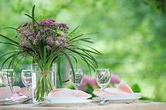 与花束的细致的宴会桌设置 免版税图库摄影