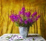 与花束紫色野花的静物画 免版税库存图片