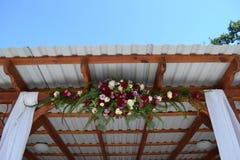 与花构成的婚礼曲拱 免版税库存图片