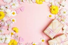 与花框架和礼物盒的桃红色背景 复制空间fo 免版税库存图片