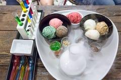 与花梢装饰的冰淇凌与干冰 库存图片