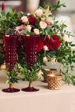 与花烛台桌的美丽的时髦的豪华装饰 免版税库存照片