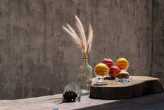 与花狐尾杂草的静物画在玻璃瓶和果子 图库摄影
