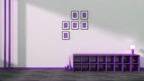 与花瓶、书和灯的紫色架子 免版税图库摄影