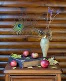与花瓶、书和苹果的静物画 免版税图库摄影