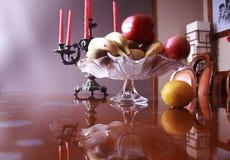 与花瓶古董Candelabras的在内部的静物画和果子 免版税库存照片