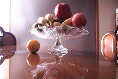 与花瓶和果子的静物画在内部 免版税库存图片