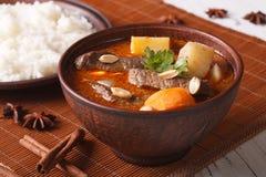 与花生特写镜头的泰国牛肉massaman咖喱 水平 免版税库存图片