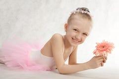 与花的一点逗人喜爱的跳芭蕾舞者在芭蕾舞短裙 库存图片