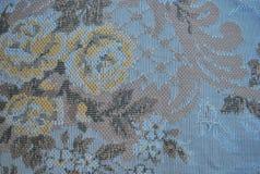 与花的一件老纺织品 免版税库存照片