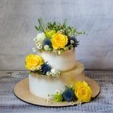 与花的两层的被镀金的婚宴喜饼 库存图片