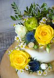 与花的两层的被镀金的婚宴喜饼 免版税库存图片