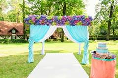 与花的五颜六色的婚礼曲拱 库存照片