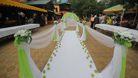 与花的五颜六色的婚礼曲拱 影视素材