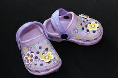 与花的儿童的凉鞋 免版税库存照片