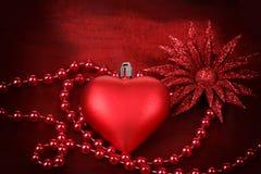 与花的华伦泰重点在红色背景 库存图片