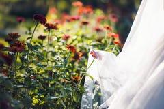 与花的可爱的新娘面纱 免版税库存照片