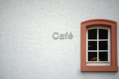 与花的咖啡馆在窗口里 库存图片