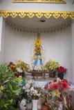与花的圣母玛丽亚雕象在泰国 免版税库存图片