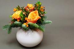 与花的圣诞节装饰 免版税图库摄影