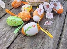 与花的复活节彩蛋在木头 免版税图库摄影