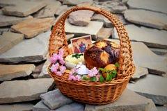 与花的复活节篮子在灰色石背景 库存照片